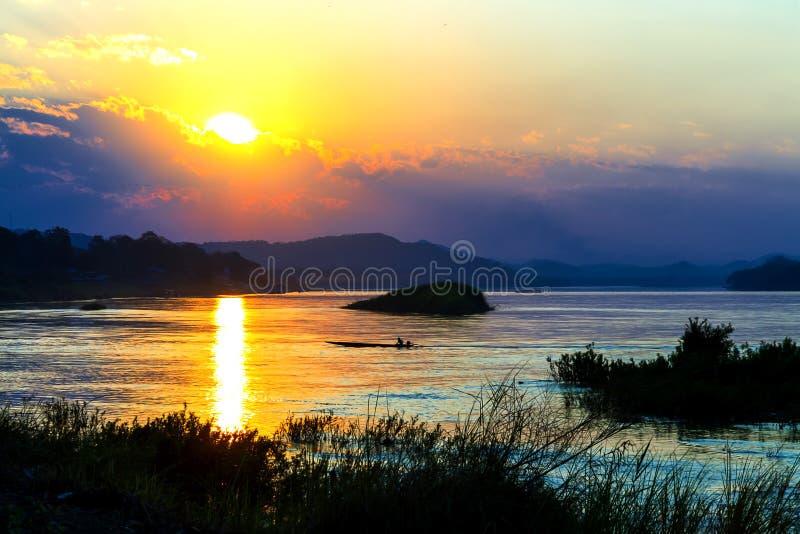 Заход солнца красивый с золотыми светом и сумерк стоковое фото