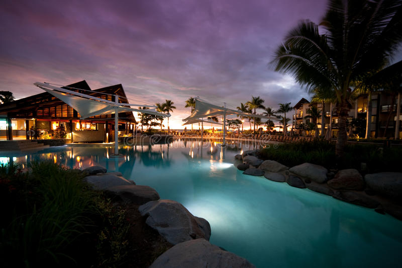 заход солнца курорта radisson Фиджи стоковые фото