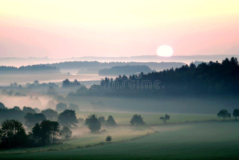 заход солнца ландшафта туманный излишек стоковое фото rf