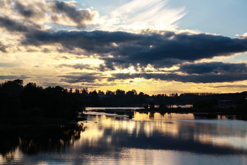Заход солнца лета над рекой стоковые фото