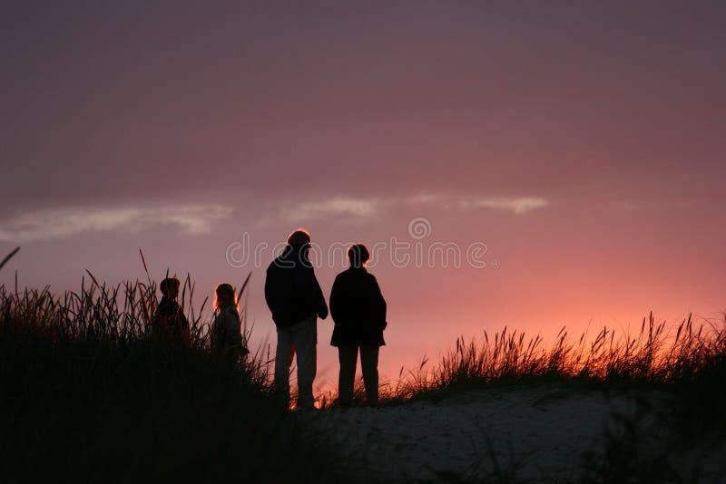 заход солнца людей пляжа стоковые изображения