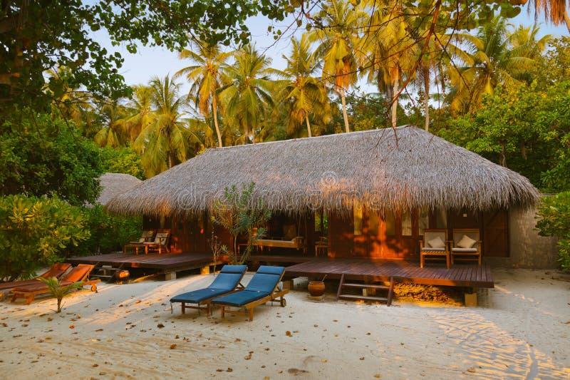 заход солнца Мальдивов бунгала пляжа стоковое изображение rf