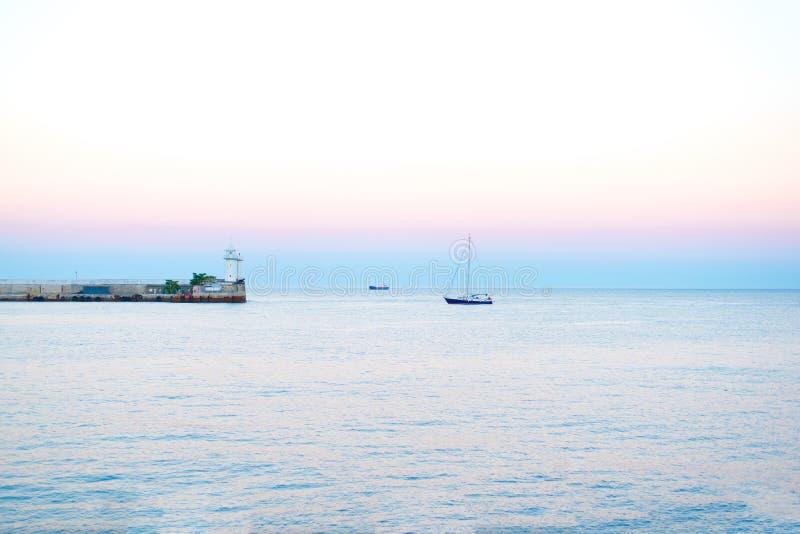 Заход солнца моря летом в вечере с естественным светом стоковая фотография