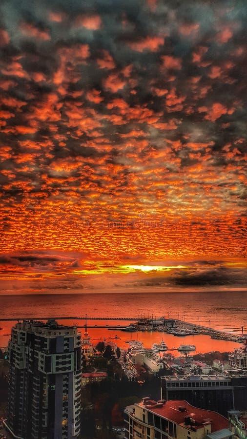 Заход солнца моря неба заволакивает Сочи стоковое изображение