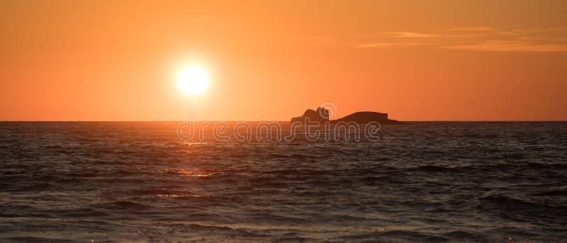 Заход солнца над Атлантическим океаном в Португалии стоковые фотографии rf