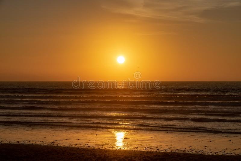 Заход солнца над Атлантическим океаном от пляжа Агадира, Марокко, Африки стоковые изображения rf