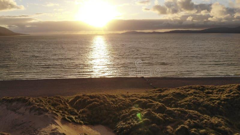 Заход солнца над взглядом ирландского западного побережья чудесным выравниваясь стоковая фотография rf
