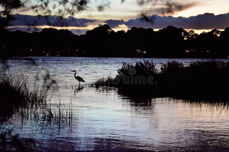Заход солнца над водным путем вначале приземляясь парк штата стоковые фотографии rf