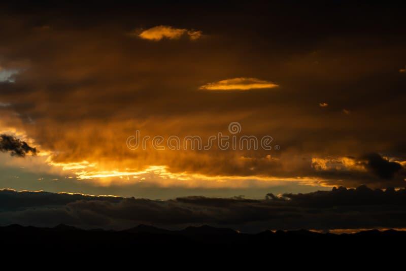 Заход солнца над горами стоковая фотография rf