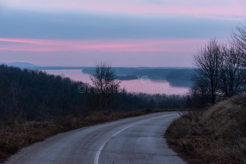 Заход солнца над Дунаем, с изгибая отражать дороги стоковые фотографии rf