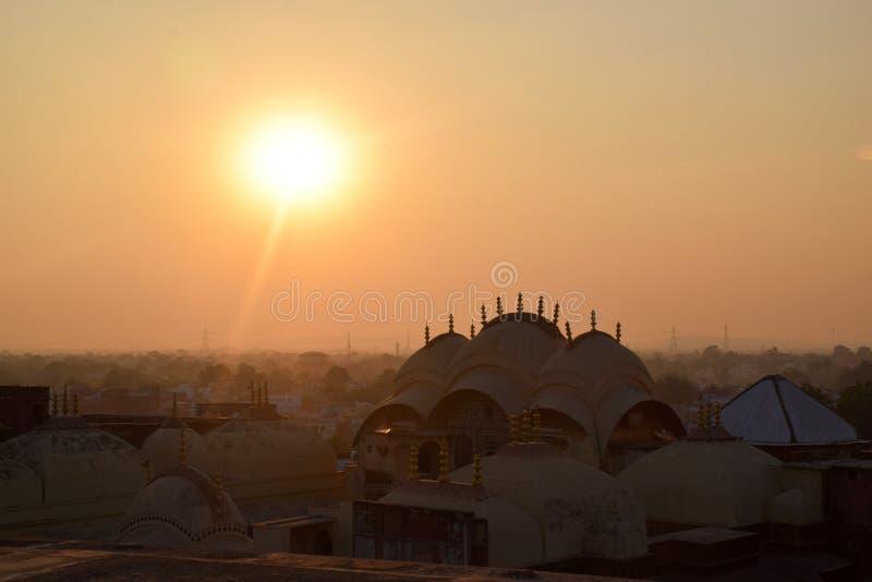 Заход солнца над зданиями города и дворца в Индии стоковое изображение