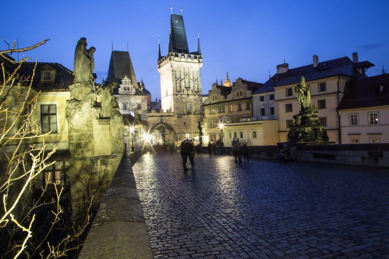 Заход солнца над Карловым мостом и замком Праги стоковое изображение