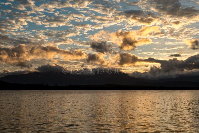 Заход солнца над лагуной Canaima, Венесуэлой стоковые фотографии rf