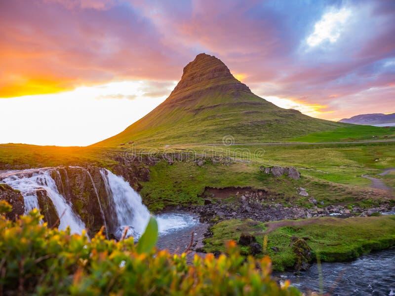 Заход солнца над ландшафтом горы Kirkjufell и Kirkjufell Wate стоковые фотографии rf