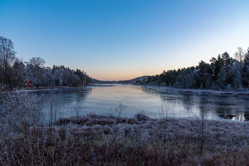 Заход солнца над маленьким озером в Швеции ноябре 2018 стоковое изображение