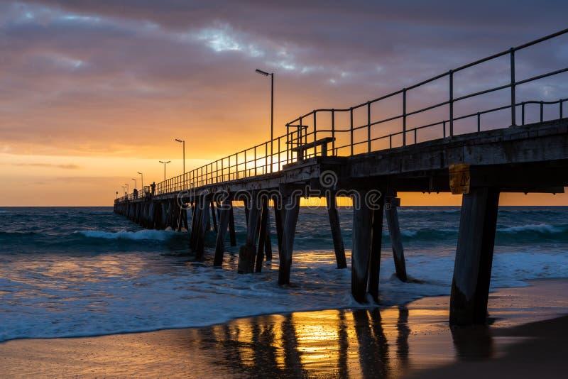 Заход солнца над молой на порте Noarlunga южной Австралии на двенадцатом стоковые фото
