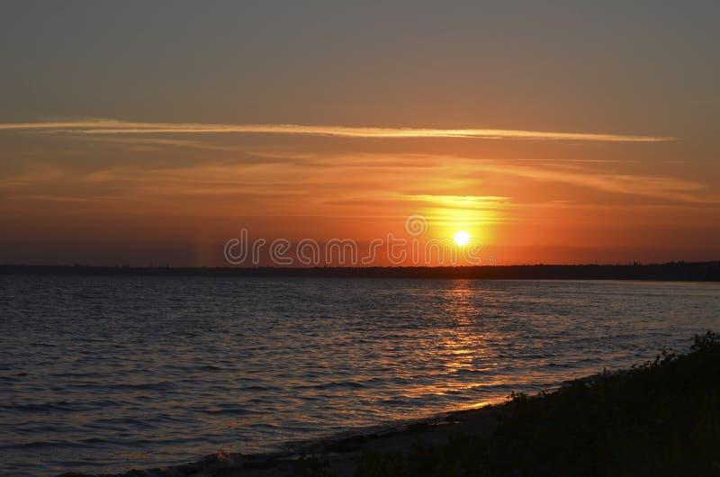 Заход солнца над морем Береговая линия и горизонт стоковые изображения rf