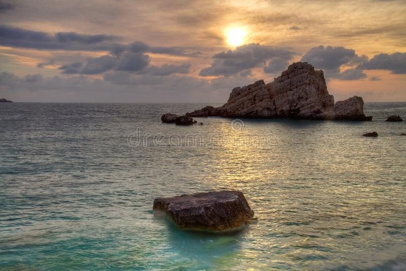 Заход солнца над морем и скалами стоковая фотография
