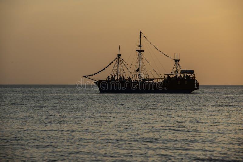 заход солнца над морем Парусник в заливе стоковое фото rf