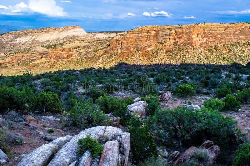 Заход солнца над национальным монументом Колорадо в Колорадо стоковые фотографии rf