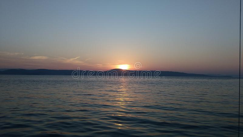 Заход солнца над необитаемыйом остров стоковые фото