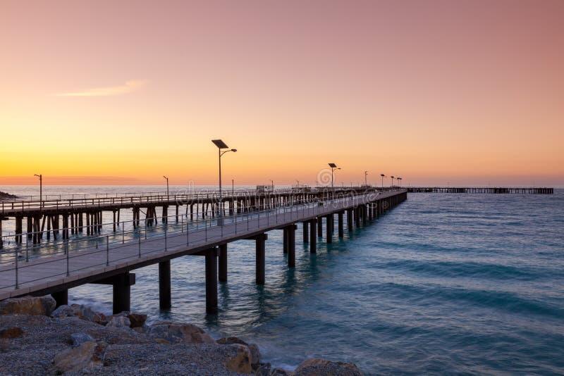 Заход солнца над новыми и старыми молами на быстром заливе южной Австралии стоковое изображение