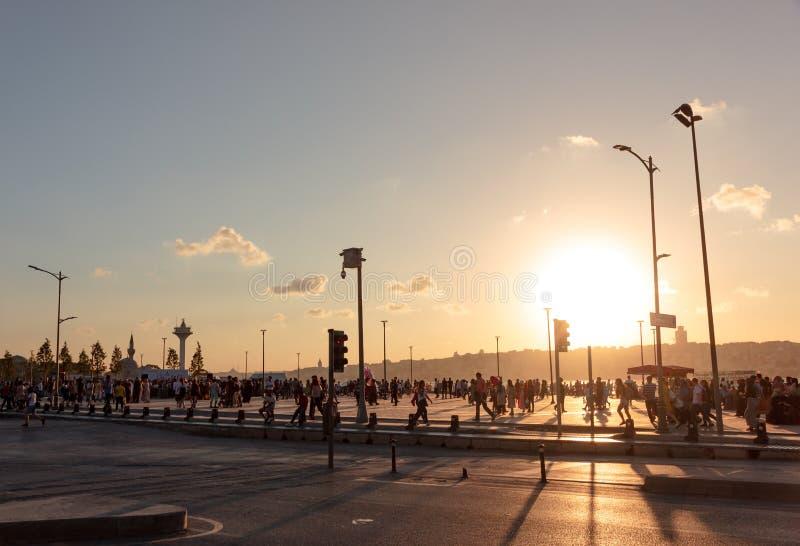 Заход солнца над оживленной улицей в Турции стоковая фотография