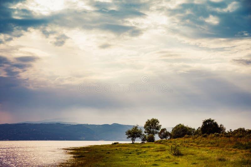 Заход солнца над озером в горах Rhodope, Болгарией горы стоковые фото