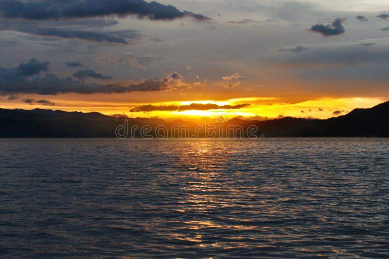 Заход солнца над озером на юге Таиланда стоковые изображения rf