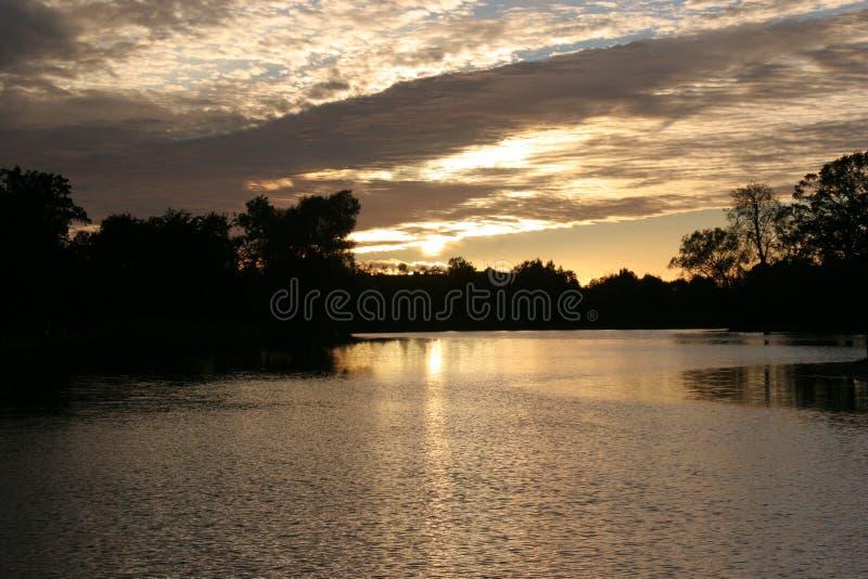 Заход солнца над озером стоковые изображения