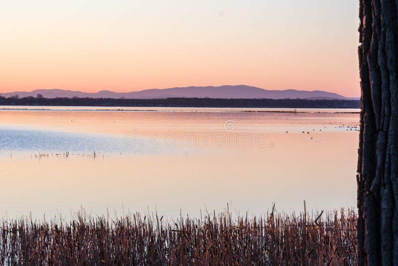 Заход солнца над озером Champlain с горами Adirondack в задней части стоковое фото rf