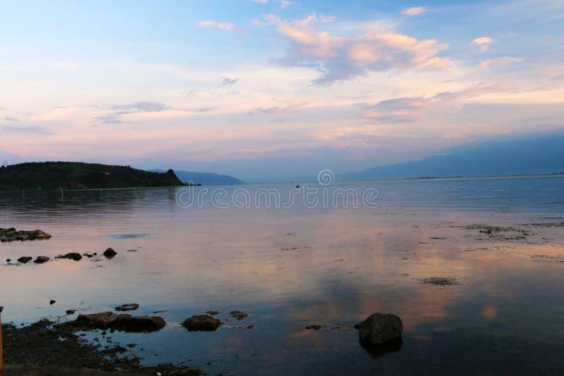 Заход солнца над озером lugu, Dali, Юньнань, Китаем стоковые фото