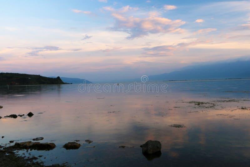 Заход солнца над озером lugu, Dali, Юньнань, Китаем стоковая фотография rf
