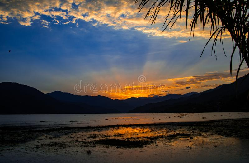 Заход солнца над озером Phewa, Pokhara, Непалом стоковые изображения