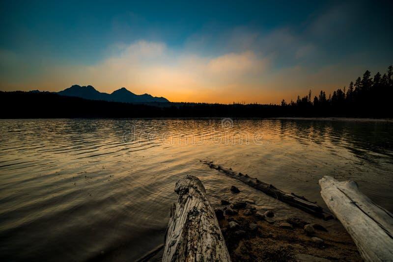 Заход солнца над озером Redfish в горах Айдахо стоковое фото