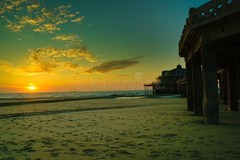 Заход солнца над океаном увиденным от пляжа стоковое фото rf