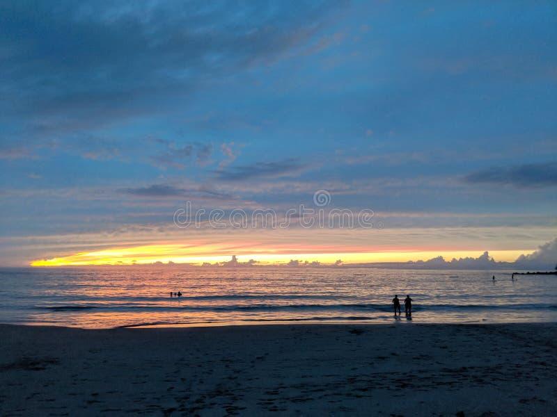 Заход солнца над океаном KaunaÊ» oa & x28; Mauna Kea& x29; Пляж стоковые фото