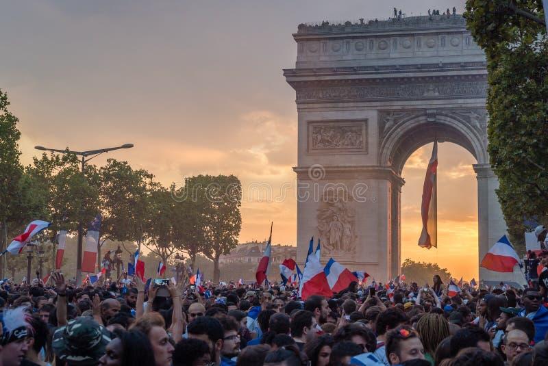 Заход солнца над Парижем после 2018 выпускных экзаменов кубка мира 15-ое июля стоковые изображения