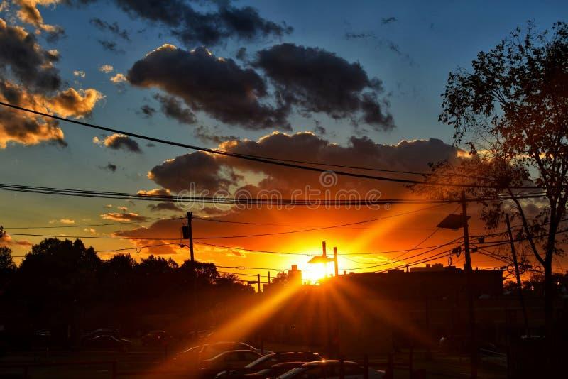 Заход солнца над парковкой города стоковое фото rf