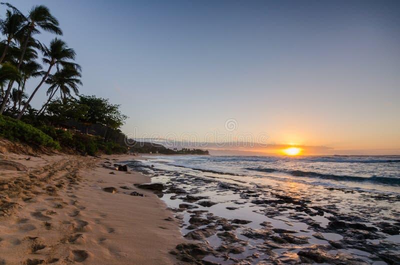 Заход солнца над пляжем Оаху захода солнца, Гаваи стоковое изображение