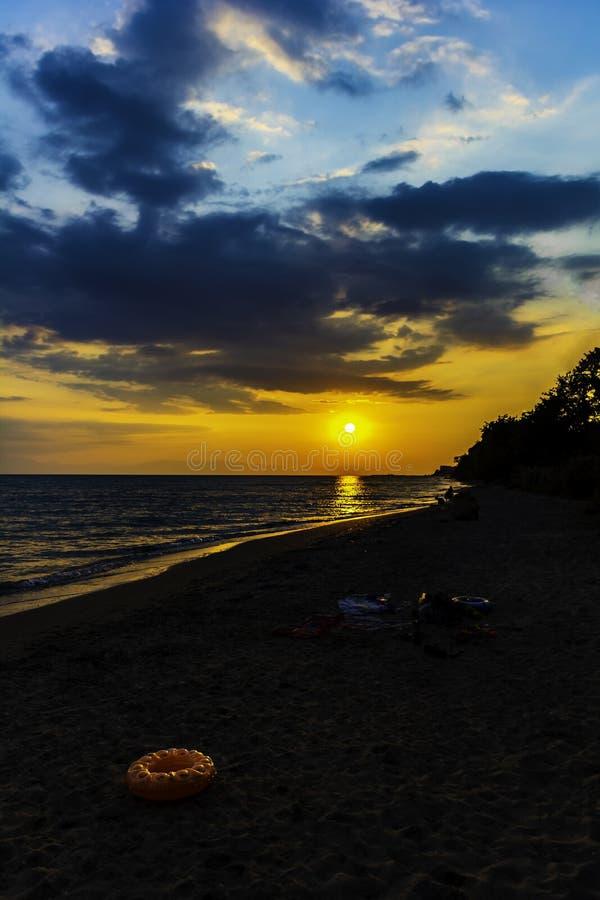 Заход солнца над пляжем океана моря стоковая фотография
