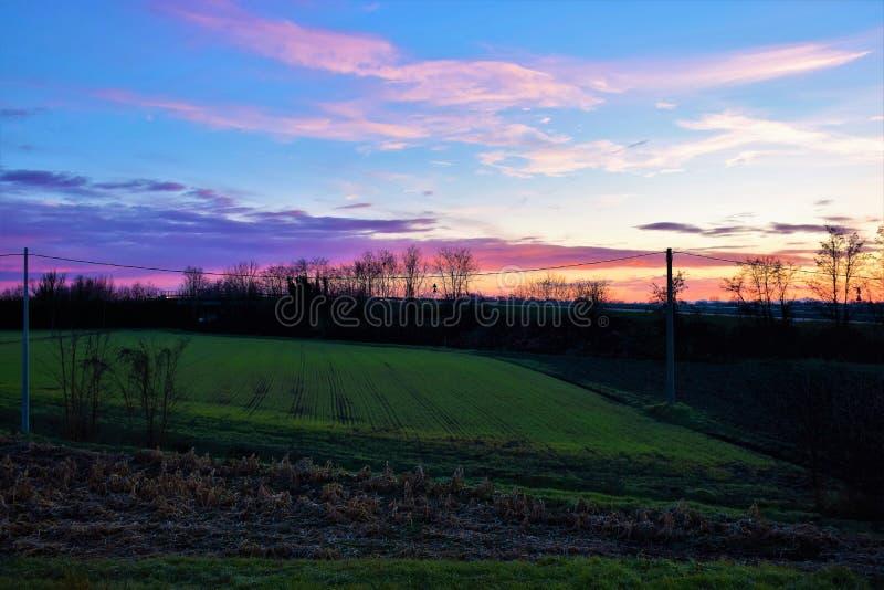 Заход солнца над полем в венето, Италии стоковое фото