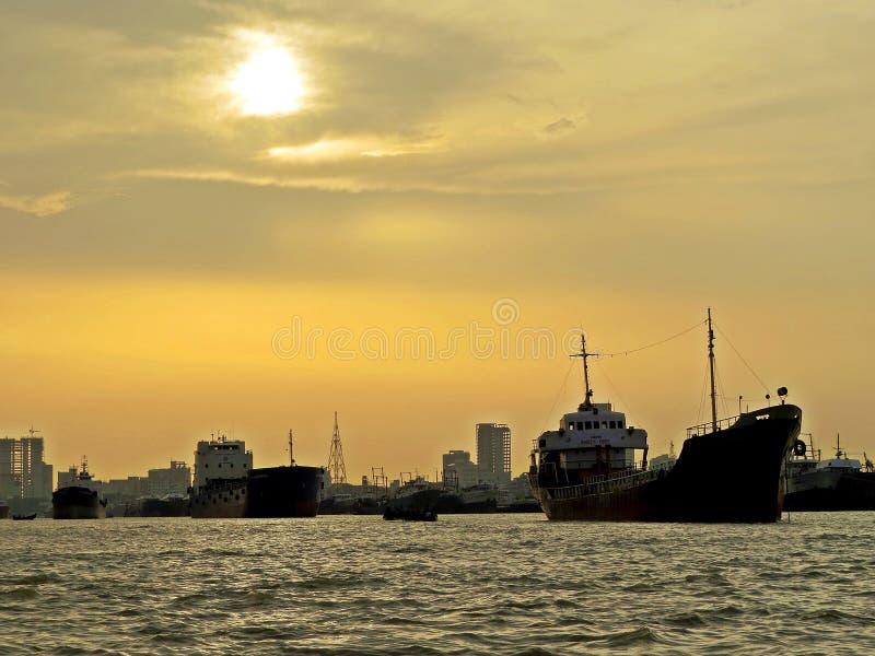 заход солнца над портом Читтагонга, Бангладеша стоковые изображения rf
