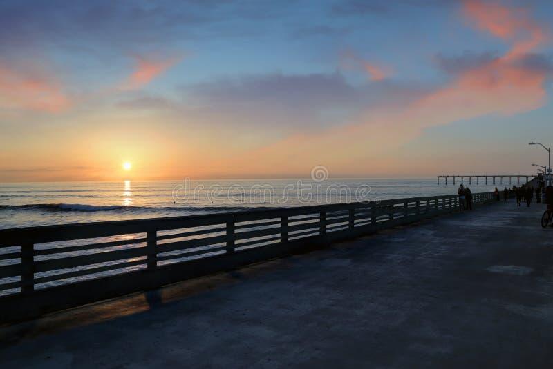 Заход солнца над пристанью пляжа океана около Сан-Диего, Калифорнии стоковая фотография