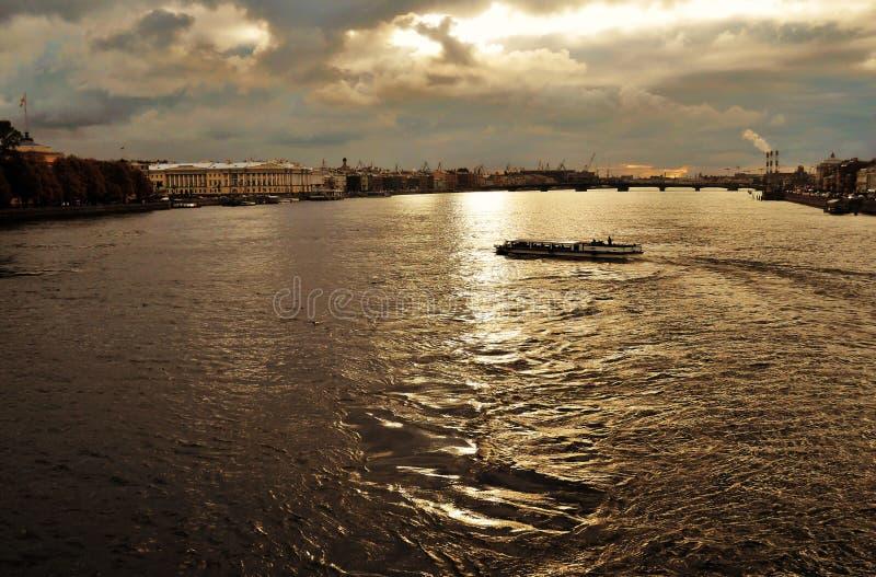 Заход солнца над рекой Neva стоковые изображения