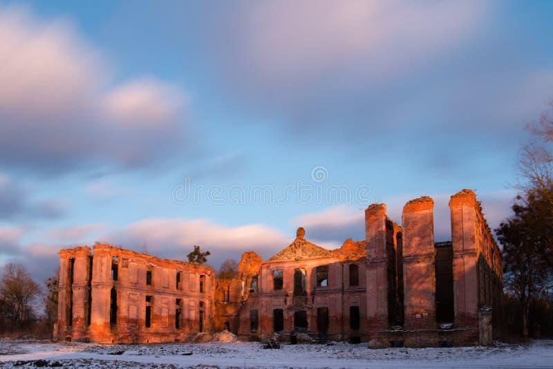 Заход солнца над руинами дворца стоковое фото