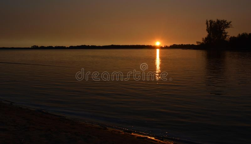 Заход солнца над сибирским рекой стоковые фотографии rf