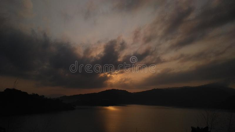 Заход солнца над танком стоковое изображение rf