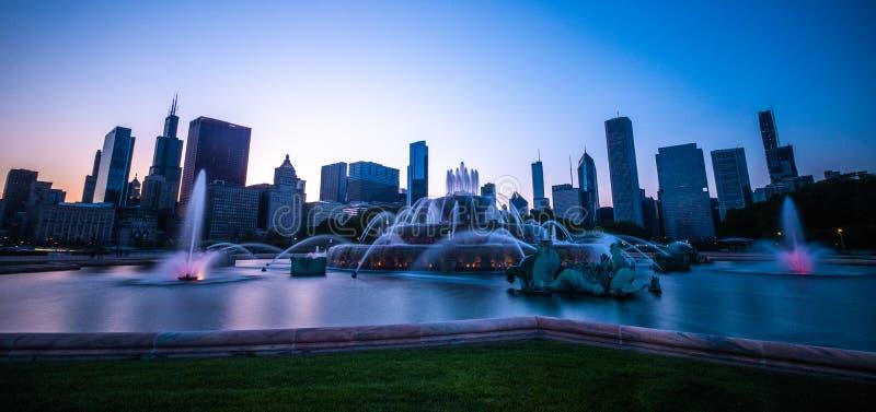 Заход солнца над фонтаном Buckingham и городским Чикаго стоковые изображения rf