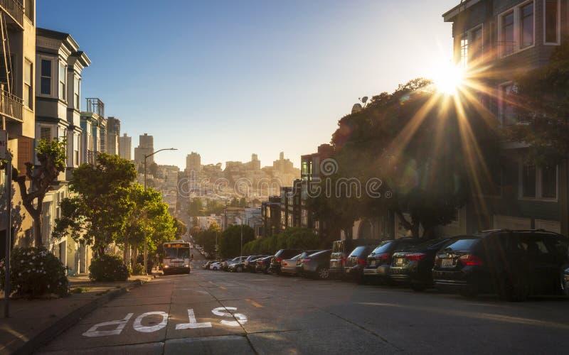 Заход солнца над холмистыми дорогами на холме телеграфа, Сан-Франциско, Калифорния, Соединенных Штатах Америки, США стоковая фотография
